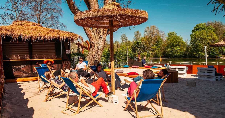 RIVERBEACH - Große Beach-Lounge innen und Tiki-Bar außen